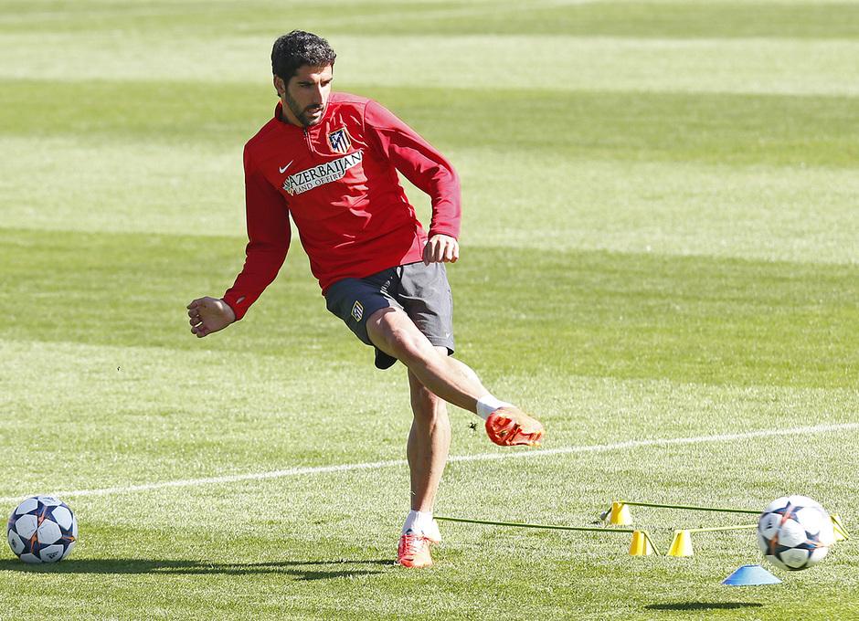 temporada 13!14. Entrenamiento en el estadio Vicente Caleron. Raul Garcia con el balon
