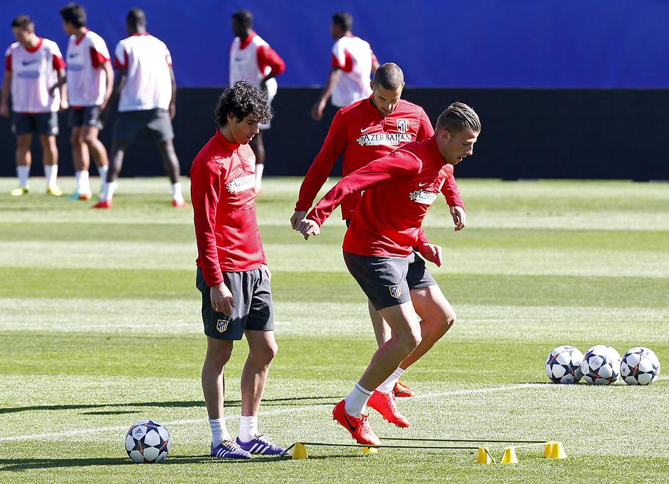 temporada 13!14. Entrenamiento en el estadio Vicente Caleron. Alderweireld realizando ejercicios fisicos