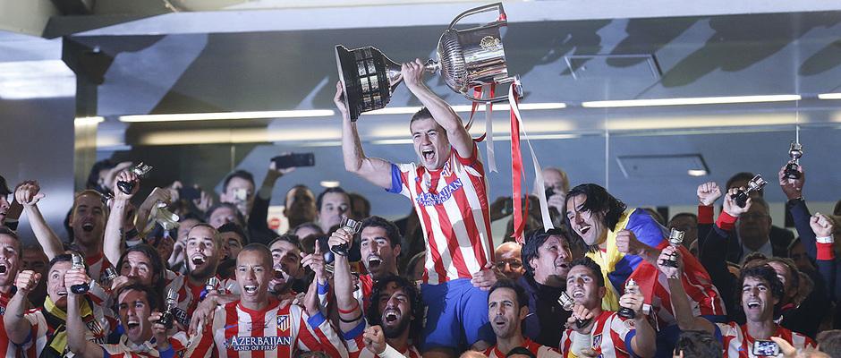 Gabi lanza al cielo el trofeo de campeones de Copa 2013 en el estadio Santiago Bernabéu