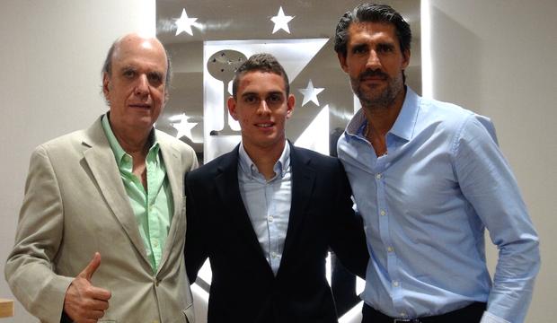 Santos Borré posa con el presidente del Deportivo Cali y Caminero