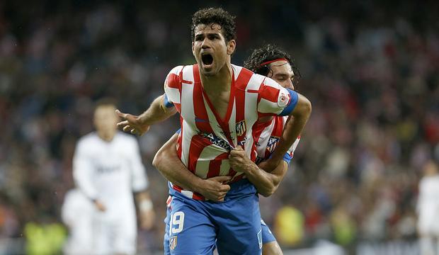 Diego Costa celebra con la grada el gol del empate en la final de Copa 2013