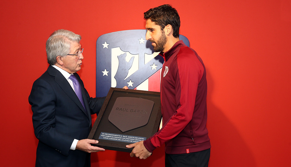 Temporada 18/19 | Atlético de Madrid - Athletic Club | Entrega de placa a Raúl García