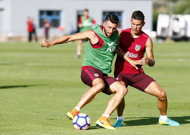 temporada 15/16. Entrenamiento en Los Ángeles de San Rafael. Borja y Lucas luchando un balón durante el entrenamiento